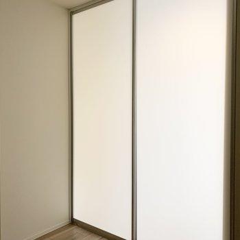 小窓からの明かりと光を通す引戸で照明がなくても明るさは保たれた洋室。