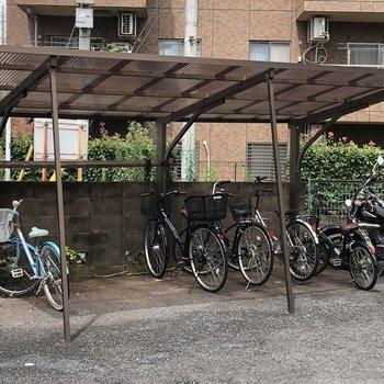 屋根付きの駐輪場と