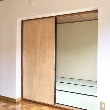 【洋室】和室と洋室の間は引き戸仕切ることができます。