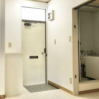 玄関ドアの上はガラス窓になっていて明るいです。靴箱の上は鍵置き場に使えそう。