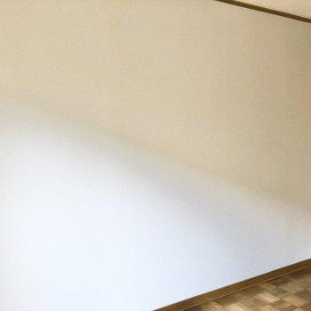 【洋室】壁はスッキリしているので家具の配置がしやすい。