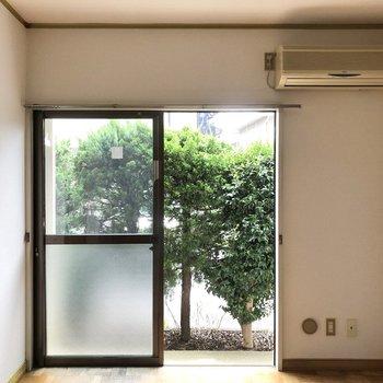 【洋室】こちらのお部屋にはエアコンがついています。