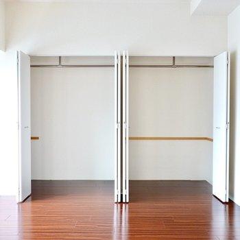 クローゼットは窓の近くに2つ。見せても大丈夫な収納の仕方を心掛けたい。