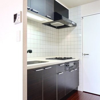 キッチンはお部屋に合った黒いカラー。