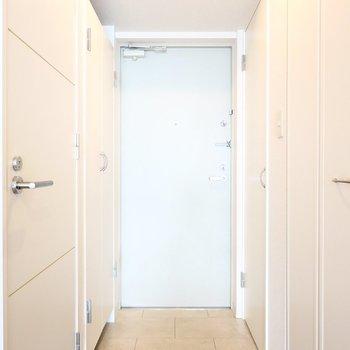 玄関は素敵なタイル張り。左右に収納があります。