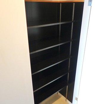 左は靴箱。棚の高さを変えられるのでブーツなども入ります。