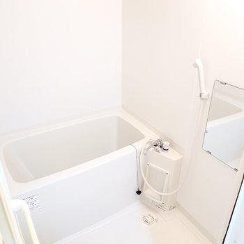 お風呂の見た目はシンプルですが浴室乾燥機と追い焚き付き◎
