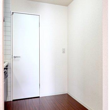 背面側のスペースもゆったり。奥にある扉の中はというと。