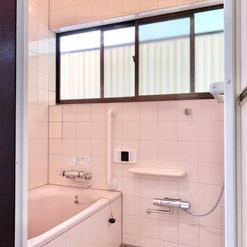 レトロな雰囲気の浴室です。