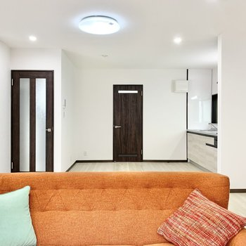 【LDK】奥はキッチンスペースです。※家具はサンプルです