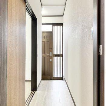 廊下へ出て洋室へ。