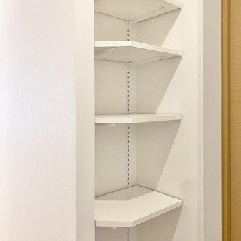 シューズボックスの棚板は可動式なので、靴の高さに合わせられます。