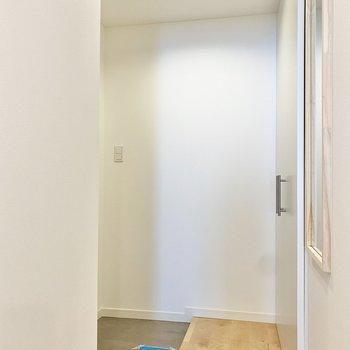 玄関は横にゆったり。