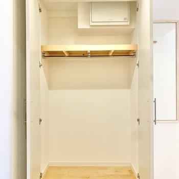 収納は玄関前に。けっこう大きめですね。
