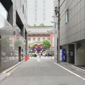 建物前の通りの正面には、歌舞伎座が…!