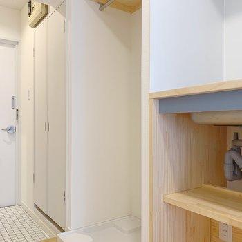キッチン脇には洗濯機置き場。目隠し用のポールもあるのでご安心を!