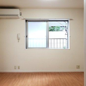 バルコニーはありません。部屋干しできるように余裕のあるお部屋づくりをしたいな。