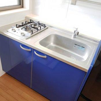 青いキッチンが可愛い!
