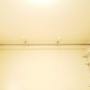 上にはハンガーポールが!オープン収納でおしゃれに見せよう☆