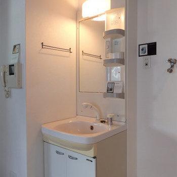 シャワーノズル付きの洗面で朝のセットもばっちりですね!(※写真は5階の同間取り別部屋のものです)