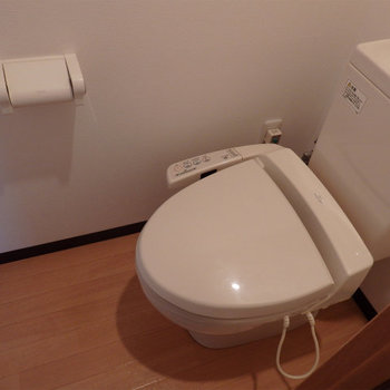 戸棚付きのウォシュレットトイレ。(※写真は5階の同間取り別部屋のものです)