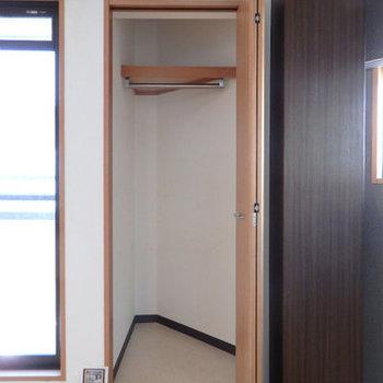 クローゼットはコンパクト。(※写真は5階の同間取り別部屋のものです)