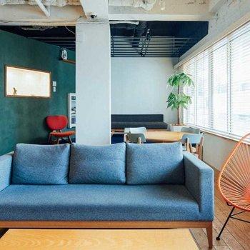 【共用部】自宅リビングのような、いやそれ以上のくつろぎ空間が広がっています。