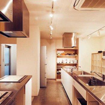 【共用部】共用部のキッチンもご利用いただけるので、自炊派の皆様も是非!