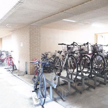 【共用部】駐輪場は屋根つきで、複数エリアにあります。