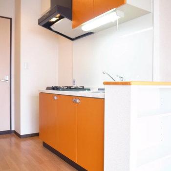 完熟オレンジなキッチンはお部屋のチャームポイントです♪※写真と文章は11階の同間取り別屋のものです。