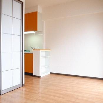 【LDK】洋室とは障子風のスライドドアで仕切られています。※写真と文章は11階の同間取り別屋のものです。