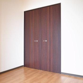 【洋室】ちょっとコンパクトですが寝室としてなら問題ない広さです。※写真と文章は11階の同間取り別屋のものです。
