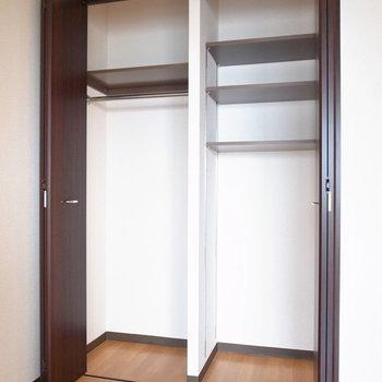 クローゼットは奥行き浅め。お洋服の収納のみならしっかり入ってくれそうです。※写真と文章は11階の同間取り別屋のものです。