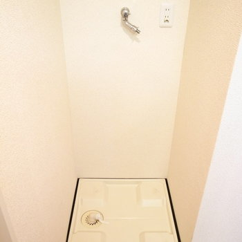 となりに洗濯機置き場があります。※写真と文章は11階の同間取り別屋のものです。