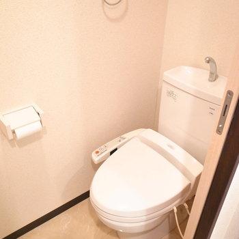 トイレはウォシュレットつき。※写真と文章は11階の同間取り別屋のものです。