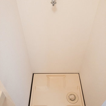洗濯機置き場はトイレの横に。