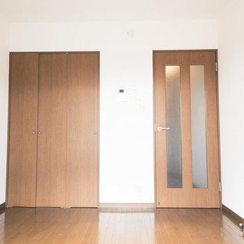 コンパクトなお部屋ですがしっかりクローゼットがあります。