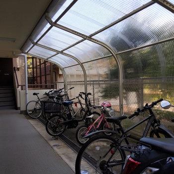 雨の日も安心な屋根付きの駐輪場。