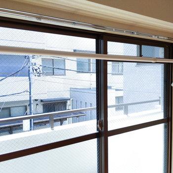 【東側洋室】雨が降った時に使える室内用物干し竿。