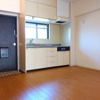 玄関すぐ横にキッチンがあります。