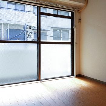 【東側洋室】暖かな光が差し込みます。