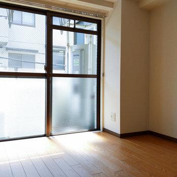 【西側洋室】窓際にベッドを横向きで置けそうです。