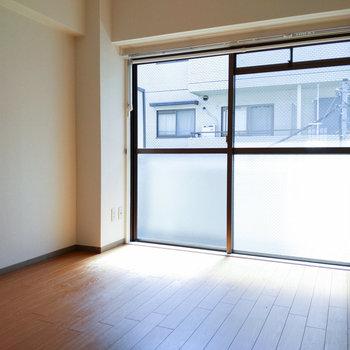 【東側洋室】こちらのお部屋は書斎などにいかがでしょうか。