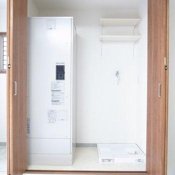 クローゼットかと思いきや、洗濯機置き場。棚板は動かせます。