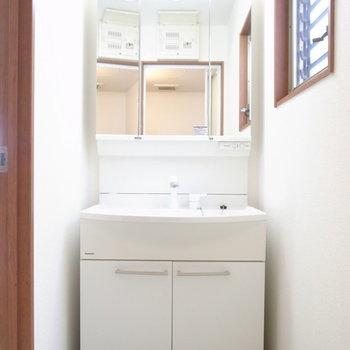 浴室を出て目の前に洗面台があります。