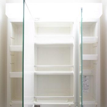 鏡の裏は収納スペース。