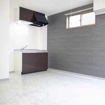 キッチンは、足元の戸棚以外に収納はありません。ただ棚を置けるスペースはありますよ。
