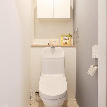 クロスが可愛らしいトイレです。