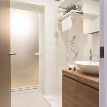 洗濯機置場と洗面台が隣り合った脱衣所です。