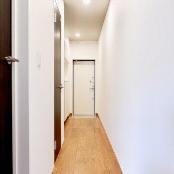 廊下へ移動し、洋室へ。